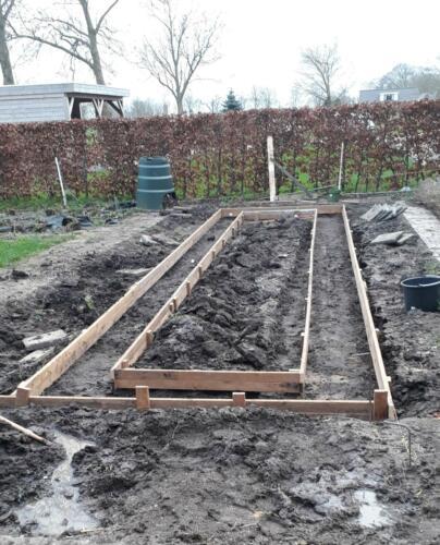 2020-02-03 bekisting tuin, gestart is met het maken van een grote hoge plantenbak